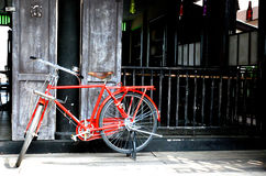 Roter Weinlesefahrradklassiker Stockbilder
