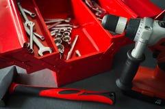 Roter Werkzeugkasten mit Schlüsselwerkzeugen auf Werkstatt lizenzfreies stockbild