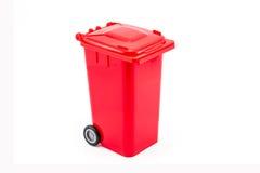 Roter Wiederverwertungsbehälter auf weißem Hintergrund Stockbilder