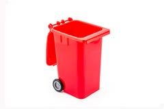 Roter Wiederverwertungsbehälter auf weißem Hintergrund Stockfotografie