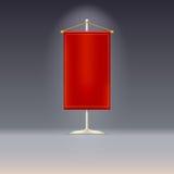 Roter Wimpel oder Flagge auf Chrombasis mit Stockbild