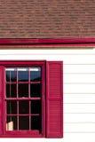 Roter windon und Gossenakzent auf dem weißen Haus Lizenzfreies Stockfoto