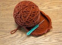 Roter Wollball des Garns für das Stricken und Nadel Stockfoto