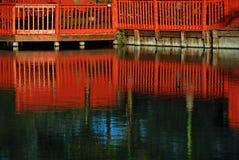 Roter Zaun auf dem Fluss Lizenzfreie Stockfotografie