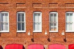 Roter Ziegelstein-Gebäude-Fassade Stockfotos