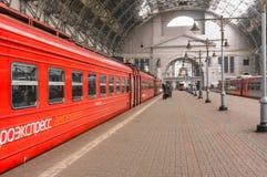 Roter Zug Aeroexpress auf Bahnhof Kiyevskaya Lizenzfreie Stockfotos