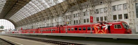 Roter Zug Aeroexpress auf Bahnhof Kiyevskaya (Bahnanschluß Kiyevsky, Kievskiy vokzal), Moskau, Russland Stockfoto