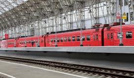 Roter Zug Aeroexpress auf Bahnhof Kiyevskaya (Bahnanschluß Kiyevsky, Kievskiy vokzal), Moskau, Russland Lizenzfreies Stockfoto