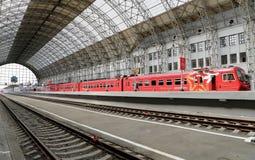 Roter Zug Aeroexpress auf Bahnhof Kiyevskaya (Bahnanschluß Kiyevsky, Kievskiy vokzal), Moskau, Russland Stockbild