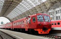 Roter Zug Aeroexpress auf Bahnhof Kiyevskaya (Bahnanschluß Kiyevsky, Kievskiy vokzal), Moskau, Russland Stockfotos