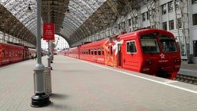 Roter Zug Aeroexpress auf Bahnhof Kiyevskaya (Bahnanschluß Kiyevsky, Kievskiy vokzal) -- Moskau, Russland Lizenzfreie Stockfotografie