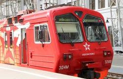 Roter Zug Aeroexpress auf Bahnhof Kiyevskaya (Bahnanschluß Kiyevsky, Kievskiy vokzal) -- Moskau, Russland Stockfotografie