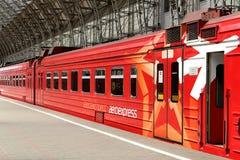 Roter Zug Aeroexpress auf Bahnhof Kiyevskaya (Bahnanschluß Kiyevsky, Kievskiy vokzal) -- Moskau, Russland Stockbild