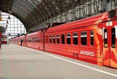 Roter Zug Aeroexpress auf Bahnhof Kiyevskaya (Bahnanschluß Kiyevsky, Kievskiy vokzal) -- Moskau, Russland Lizenzfreies Stockfoto