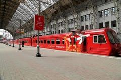 Roter Zug Aeroexpress auf Bahnhof Kiyevskaya (Bahnanschluß Kiyevsky, Kievskiy vokzal) -- Moskau, Russland Lizenzfreie Stockfotos