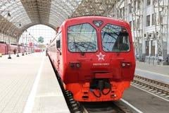 Roter Zug Aeroexpress auf Bahnhof Kiyevskaya (Bahnanschluß Kiyevsky, Kievskiy vokzal) -- Moskau, Russland Lizenzfreie Stockbilder