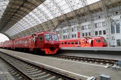 Roter Zug Aeroexpress auf Bahnhof Kiyevskaya (Bahnanschluß Kiyevsky, Kievskiy vokzal) -- Moskau, Russland Stockbilder