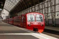 Roter Zug Aeroexpress auf Bahnhof Kiyevskaya (Bahnanschluß Kiyevsky, Kievskiy vokzal) -- Moskau, Russland Lizenzfreies Stockbild