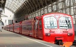 Roter Zug Aeroexpress auf Bahnhof Kiyevskaya (Bahnanschluß Kiyevsky, Kievskiy vokzal) -- Moskau, Russland Stockfoto