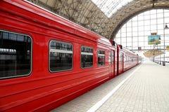 Roter Zug Aeroexpress auf Bahnhof Kiyevskaya (Bahnanschluß Kiyevsky, Kievskiy vokzal) -- Moskau, Russland Stockfotos