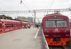 Roter Zug Aeroexpress -- ist der Betreiber von Luft-Bahnnetzservicen in Moskau, Russland Stockfotografie