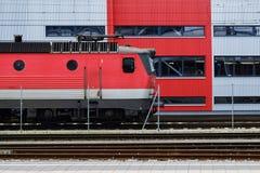 Roter Zug auf einem Bahnhof Stockfotos