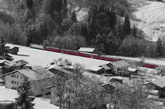Roter Zug im Schnee Stockbild