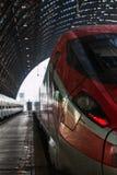 Roter Zug in Milan Central Railway Station, Italien Lizenzfreies Stockbild