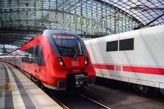 Roter Zug Regio, der Berlin Hauptbahnhof tenering ist lizenzfreies stockbild