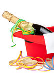 Roter Zylinder mit Champagner und Ausläufern Stockfotos