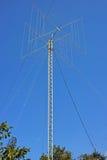 Rotera antennen på en hög mast Arkivfoto