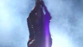 Rotera i luften två gymnaster Svart rökbakgrund silhouette långsam rörelse close upp stock video