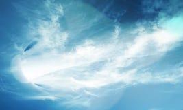 Roterande abstrakt begrepp snedvrider utrymmeportalen i molnig himmel Royaltyfria Foton
