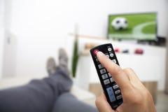 Roterande av TV:N kontrollera handremoten Fotboll Arkivbilder