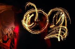 Roterande brandpoi-cirklar av brand royaltyfri bild