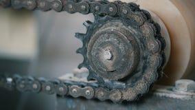 Roterande chain kugghjul - del av industriellt maskineri - tillverkning stock video