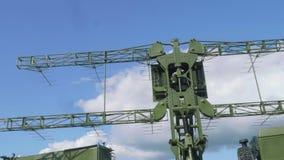Roterande del av den moderniserade mobila radar för spaningmålresegnation med blå himmel på bakgrund Fridsamma himlar stock video