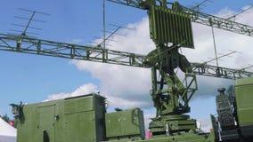 Roterande del av den moderniserade mobila radar för spaningmålresegnation med blå himmel på bakgrund Fridsamma himlar lager videofilmer
