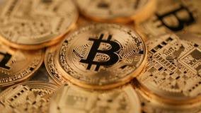 Roterande faktisk valutabitcoin för guld- mynt stock video