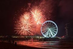 Roterande Ferris Wheel med fyrverkerier på pir av Scheveningen, nära Haag, Nederländerna royaltyfri bild