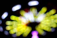 Roterande gungor som framförs som ut ur fokusen, oskarpa bollar av ljus Royaltyfri Foto