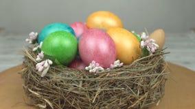 Roterande härligt rede med färgrika påskägg, bakgrund, påskferie, religion, närbild