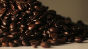 Roterande hög av kaffebönor stock video