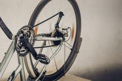 Roterande hjul, pedaler och kedja av den smutsiga brutna inverterade cykeln royaltyfri foto