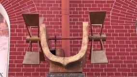 Roterande järn maler med axeln för chain drev på en bakgrund av väggen för röd tegelsten arkivfilmer