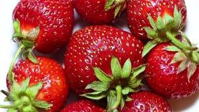 Roterande jordgubbe Nya, mogna, saftiga läckra jordgubbar Makro arkivfilmer