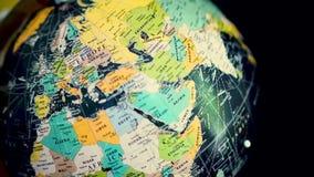Roterande jordklot med den forntida världskartan Stoppa på Europa forntida ?versiktsv?rld arkivfilmer