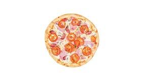 Roterande klassisk pizza med skinka, champinjoner och tomater som isoleras på en vit bakgrund Top beskådar stock video