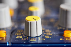 Roterande knopp på en ljudsignal blandande konsol Arkivfoton