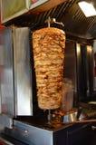 Roterande lagad mat kebab för turkhönadoner Arkivfoton